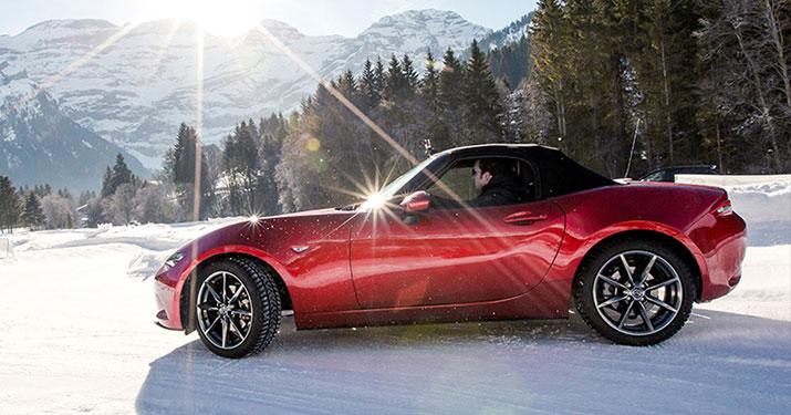Mazda MX-5 in de sneeuw